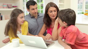 Famille hispanique utilisant l'ordinateur portable à la maison banque de vidéos