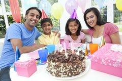 Famille indien asiatique célébrant la fête d'anniversaire photographie stock