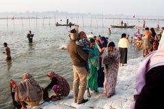 Famille indienne après s'être baigné en rivière froide Images libres de droits