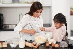Famille indienne enveloppée dans la cuisson Image stock