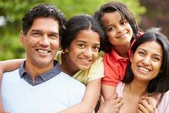 Famille indienne marchant dans la campagne Image stock