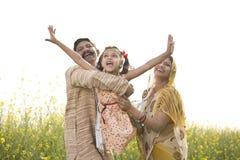 Famille indienne rurale ayant l'amusement dans le domaine agricole image stock