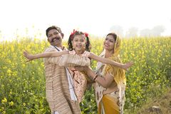 Famille indienne rurale ayant l'amusement dans le domaine agricole photos stock