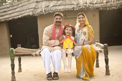 Famille indienne rurale tenant le modèle de maison rêveuse images stock