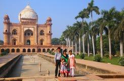 Famille indienne se tenant devant la tombe de Safdarjung dans nouveau Del image libre de droits