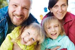 Famille insouciante posant pour la photographie Photos libres de droits