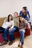 Famille interracial à la maison sur le sofa photographie stock