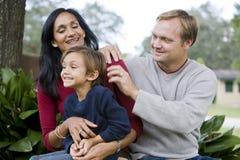 Famille interracial avec le vieux fils de cinq ans mignon images libres de droits