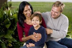 Famille interracial avec le vieux garçon de cinq ans mignon image libre de droits