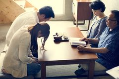 Famille japonaise payant le respect à l'adulte image stock