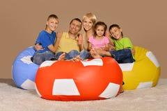 Famille jouant à la maison Photo stock