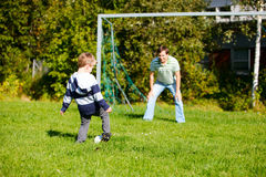 Famille jouant au football Photographie stock