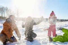 Famille jouant avec la neige Images stock