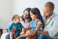 Famille jouant avec le bébé