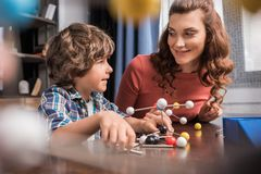 Famille jouant avec le modèle d'atomes Image stock
