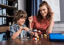 Famille jouant avec le modèle d'atomes Photographie stock libre de droits