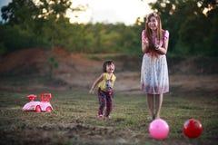 Famille jouant avec une bille Photo libre de droits