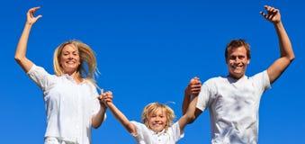 Famille jouant dans le jardin Images stock