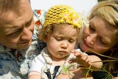 Famille jouant dans le pré Photos libres de droits