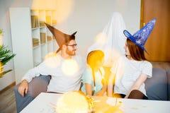Famille jouant dans les fantômes et les sorcières Image stock