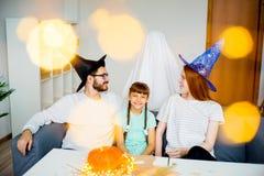 Famille jouant dans les fantômes et les sorcières Images libres de droits