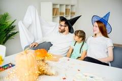 Famille jouant dans les fantômes et les sorcières Images stock