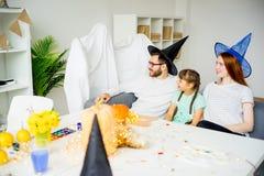 Famille jouant dans les fantômes et les sorcières Photo libre de droits