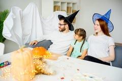 Famille jouant dans les fantômes et les sorcières Photos libres de droits