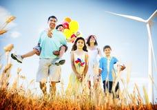 Famille jouant dehors le concept de champ d'enfants Image libre de droits