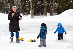 Famille jouant dehors pendant l'hiver image libre de droits