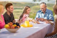 Famille jouant des cartes Photo stock