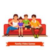 Famille jouant des jeux vidéo ensemble illustration libre de droits
