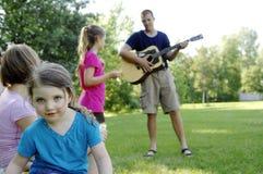 Famille jouant des oudoors Images libres de droits