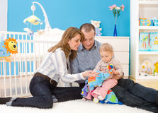 Famille jouant ensemble à la maison Images stock