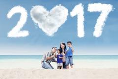 Famille jouant la bulle avec le nuage 2017 Images stock