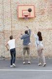 Famille jouant le basket-ball Image libre de droits