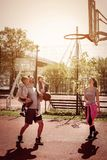 Famille jouant le basket-ball Image stock