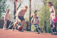 Famille jouant le basket-ball Images libres de droits