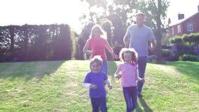 Famille jouant le football dans le jardin ensemble banque de vidéos