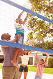 Famille jouant le jeu du volleyball dans le jardin Photos libres de droits
