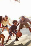 Famille jouant le match de basket à la maison Images libres de droits