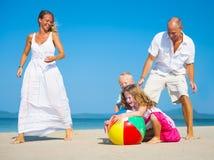 Famille jouant sur la plage Photographie stock