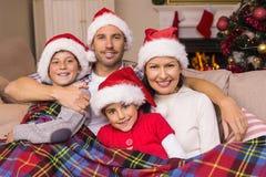 Famille joyeuse étreignant sous la couverture Image libre de droits