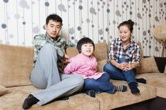 Famille joyeuse images stock