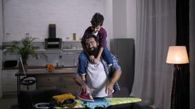 Famille joyeuse faisant des travaux du ménage ensemble banque de vidéos