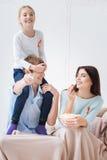 Famille joyeuse heureuse riant ensemble Photographie stock libre de droits