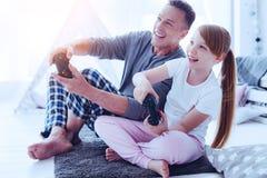 Famille joyeuse jouant des jeux vidéo ensemble Photographie stock libre de droits