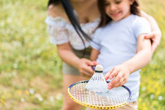 Famille joyeuse jouant le badminton dans la nature Images libres de droits