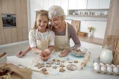 Famille joyeuse passant le temps ensemble dans la chambre de cuisinier Image stock