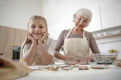 Famille joyeuse préparant des biscuits ensemble dans la cuisine Photo stock